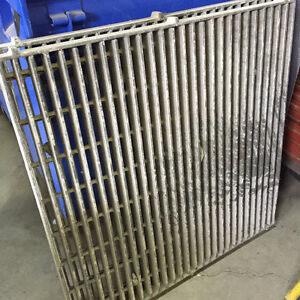 Grille gratte-pieds usagée / Used foot grille