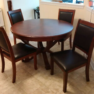 SOLID WOOD DINING ROOM SET - EXCELLENT CONDITION