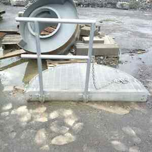 Safety platform with railing