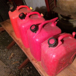 GASOLINE CONTAINERS - 8 PIECES Various Sizes