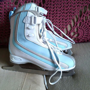 PAIR OF WOMEN'S SIZE 5 FIGURE SKATES