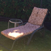 LOUNGE CHAIR WITH SIDE TABLE