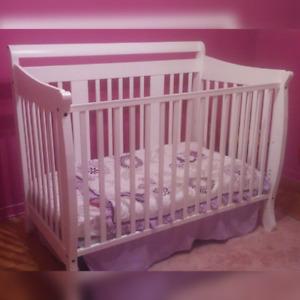Lit de bébé blanc + matelas et literies!!!!
