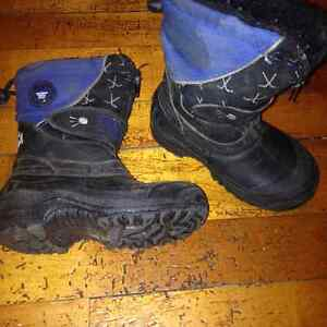 Toddler boys size 9 boots, runners London Ontario image 4