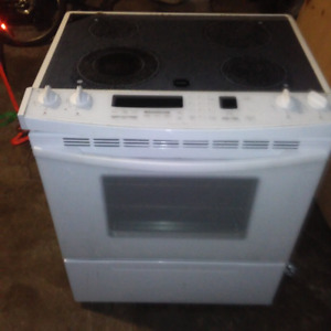FRIGIDAIRE GLASS TOP CONVECTION STOVE.