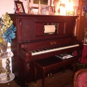 Superbe piano antique de marque Wormwith