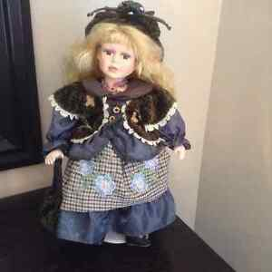 Porcelain doll with stand - Poupée en porcelaine avec support