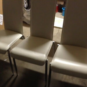 6 chairs to give/6 chaises à donner- Padding required