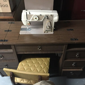 Sewing machine with furniture/Machine à coudre avec meuble