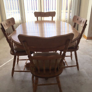 Oak Dining Table with 6 Chairs Excellent Condition!