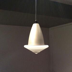 Lampe halogène suspendue de couleur laiton et de bonne qualité
