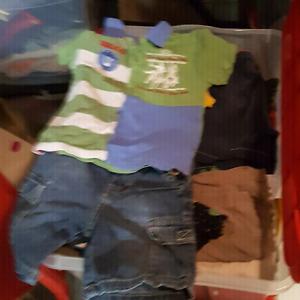 Bacs de vêtements pour garçons de 18 mois å 3 ans.
