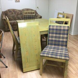 Ensemble de cuisine d'une table et 4 chaises en chêne Québec City Québec image 2