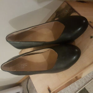 Woman size 9 wedge shoes vionic