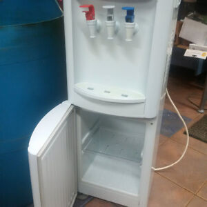 Distributrice eau Sunbeam avec refrigerateur au bas  tablette
