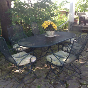 Patio table & 6 chairs with cushions