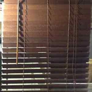 Plusieurs stores de bois