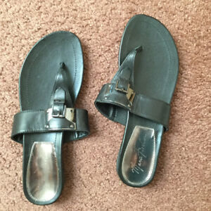 Marc fisher black leather thong sandal size 8 1/2 womens