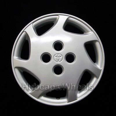 Toyota Corolla 14-inch hubcap 1998-2000 - Professionally Reconditioned - 7-spoke