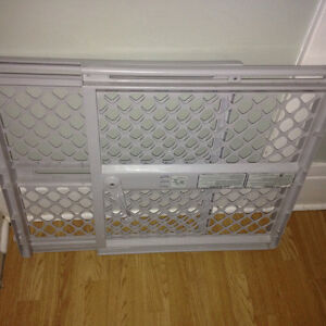 Baby gate pressure mounted