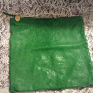 CLARE VIVIER V. LEATHER FLAT CLUTCH GREEN WITH LEATHER STRIPE