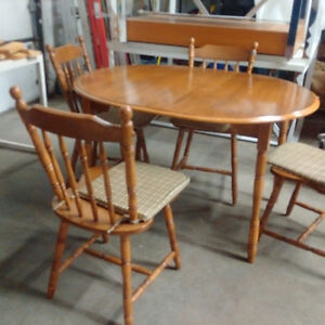 Dining Table w/ Leaf & 4 Chairs Kitchener / Waterloo Kitchener Area image 3
