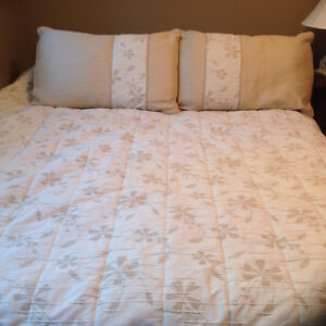 King size fitted quilt and pillows