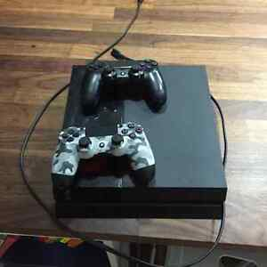 PlayStation 4 - 2 games , 2 controllers
