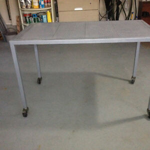 1 steel solid table with wheels in grey color excellent like new