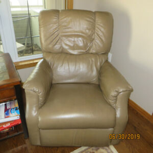 PAIR OF LAZY BOY RECLINERS