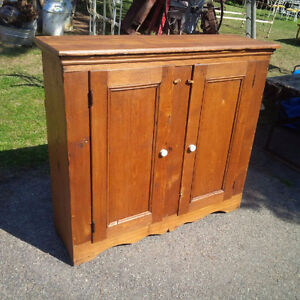 Buffet / armoire antique en frên