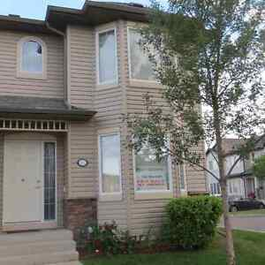 Beautiful Townhouse for quick sale in Lakewood. MUST SEE!!!