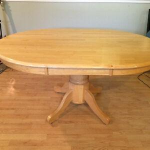 A qui la chance? Table ovale en bois pâle