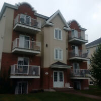 vaudreuil charmant 2 chambres +2 exterior parking,locker NOW