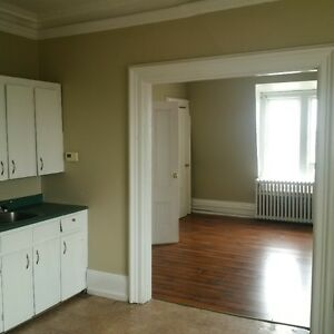 Central Prince Edward st, 1 and 2 bedr large apt; laundry hookup