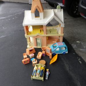 DOLL HOUSE FISHER PRICE WITH ACCESSORIES, VAN