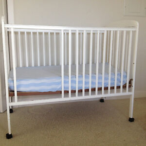 White crib for babies and toddlers / Mattress is free
