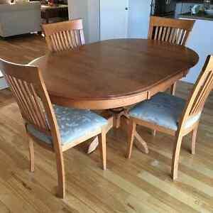Table de salle à manger en bois d'érable avec 4 chaises