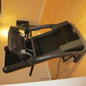 2,75HPFolding treadmill brand Smooth 6.25. Perfect cond.  700CAD