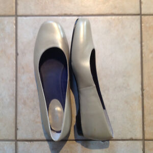 Ros Hommerson - size 13M - gold flats