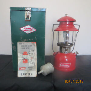 VINTAGE 200A RED COLEMAN LANTERN WITH GREEN COLEMAN BOX