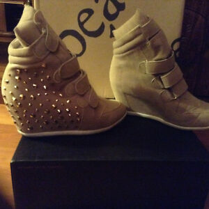 Beige and gold wedge boots size 10 Kitchener / Waterloo Kitchener Area image 2