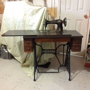 ANTIQUE 1918 SINGER SEWING MACHINE IN CABINET (FOR DISPLAY ONLY)