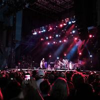 Bluesfest Billy Idol - beautiful blonde in pink shirt near stage
