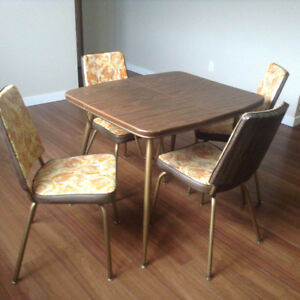 Retro Chairs With Table And Leaf