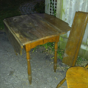 ANTIQUE DININGROOM TABLE AND CHAIRS - $100 (milton)