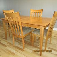 TABLE / MOBILIER SALLE A MANGER BERMEX BOIS MASSIF / 4 CHAISES