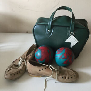 Bowling shoes, men's size 8, set of four bowling's balls and bag