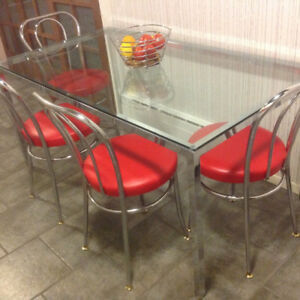 TABLE EN VERRE ET CHROME, 4 CHAISES ROUGE STYLE BISTROT