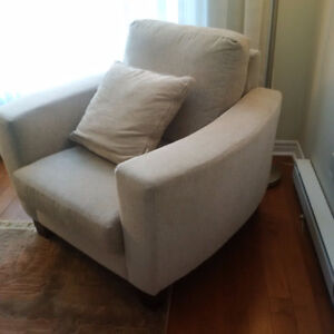 COMFORTABLE CHAIR WITH 4 MATCHING PILLOWS